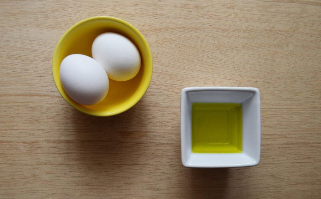 Яйца и оливковое масло для выпрямления волос